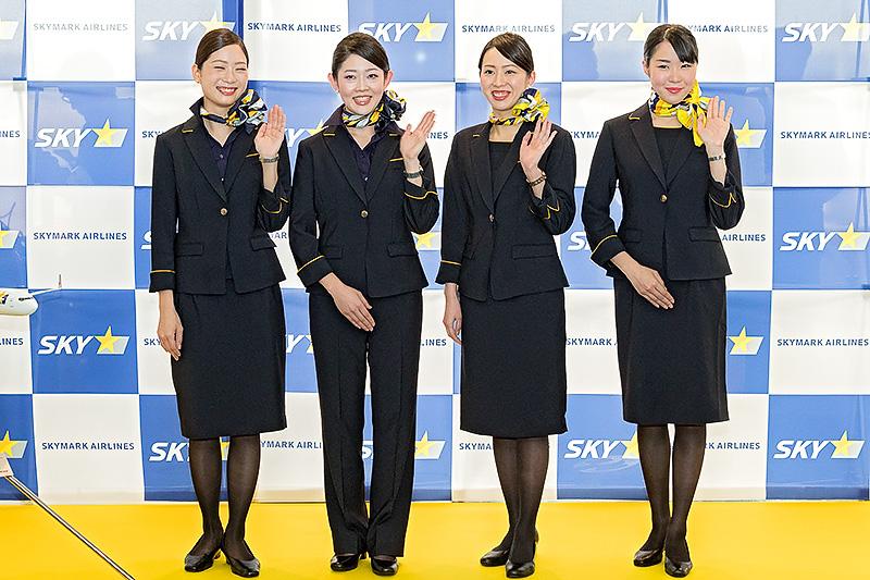女性スカイアテンダント用の新制服。ジャケットとスカーフは共通