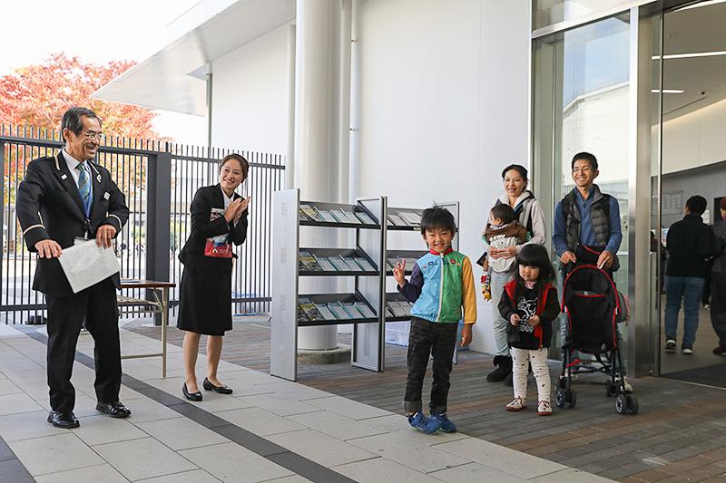100万人目の入館者となった石川凜くん(写真中央)。突然のことだったので恥ずかしかった様子だが、しっかりピースサインで応えてくれた