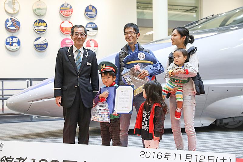 写真左から京都鉄道博物館 館長である三浦英之氏、長男の石川凜くん、お父さんの和正さん、妹の紗羅ちゃん、お母さんのひかりさん、抱かれているのは弟の煌くん。記念品の贈呈を受けて、和正さんは「大変光栄です。兄妹3人とも鉄道好きなので、とてもいい思い出になりました」と答えた