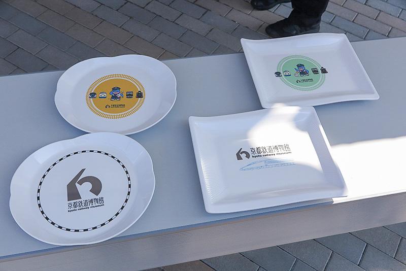 本館2階のレストランで販売される100万人記念メニューに付くオリジナルのお皿。こちらは4種類合計20枚用意されたとのこと
