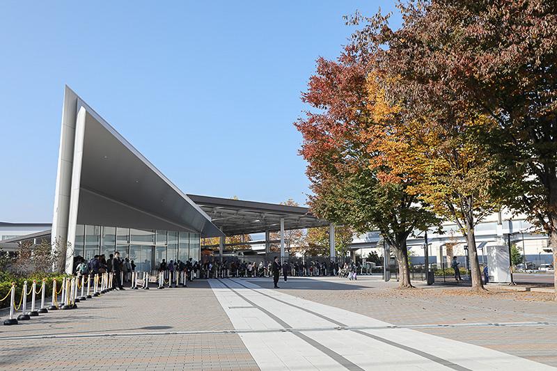 京都鉄道博物館は、秋の行楽シーズンかつ快晴だったこともあってか、開館待ちの列が早くからできていた