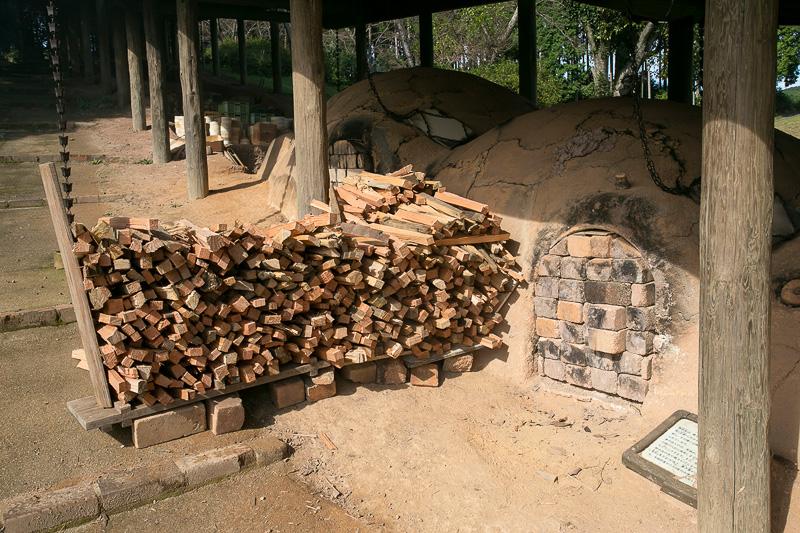 ここは焼き物をセットする焼成床がある窯室。煉瓦でフタをしているところから中に入って写真での左側へ焼き物をセット。入れたら薪を投げ入れる穴のみ残して煉瓦で入り口を塞ぐ。薪は燃やすことに適している松材を使用する