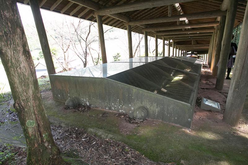 粘土や煉瓦で作る登窯は雨が苦手なので、屋根があるだけでなく当時から窯の脇には雨を流す排水溝が掘ってある