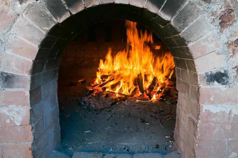 訪問したときは窯焚きの最中だったが、いちばん最初の行程である胴木間に薪をくべ始めたばかりだった。ここの火は窯全体の水分を飛ばすためにおこなうという