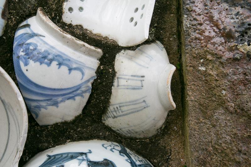 この石碑は中尾山の発展に携わった先人の陶工達の偉業と遺徳に敬意を表して作られたもの。それだけに練り込まれている器は江戸時代のものから昭和のものまで幅広い。石は窯を壊したときに出たものを使っていると、この地の歴史を集めて建造したといえる重みのあるものだった