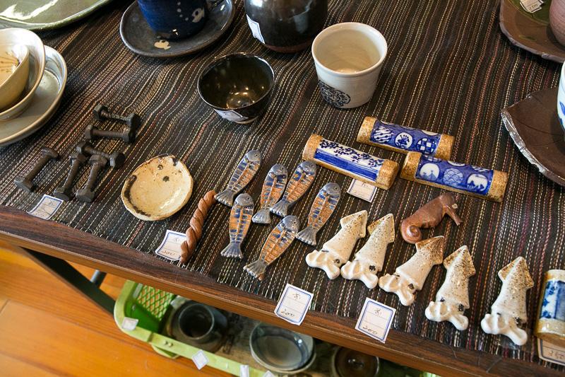 中尾山交流館にあった現代の窯元の作品。伝統的なものもあるがこのように遊び心も取り入れた作品も多い。別棟では陶芸教室に素泊まりの自炊オンリーだが宿泊施設もある