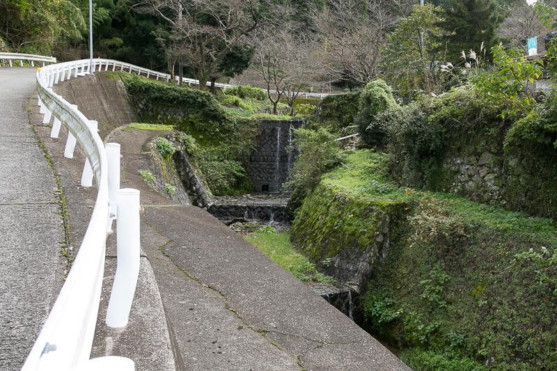 焼き物の里には川がつきものという。昔は川に焼き物に使う石を砕くための水車のようなものがあったという