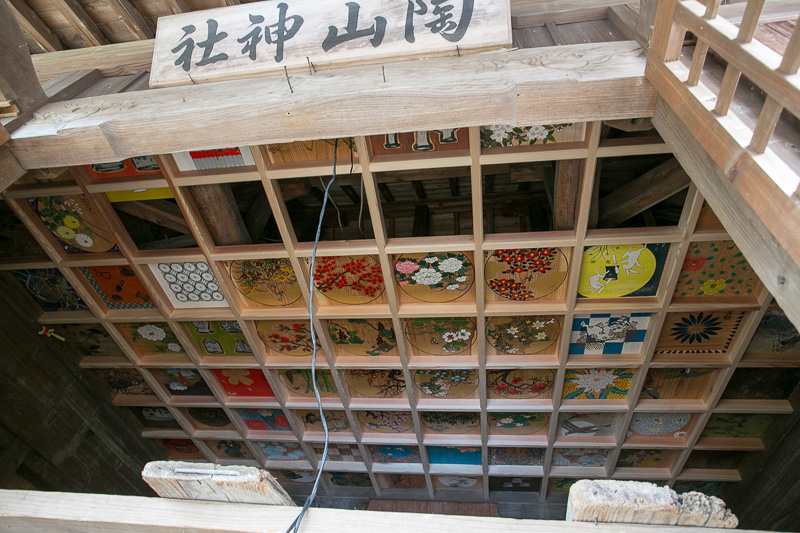 小さい陶山神社では祠の天井に現代の絵付け師が描いた絵が使われていた。訪れたときは改装真っ最中だった