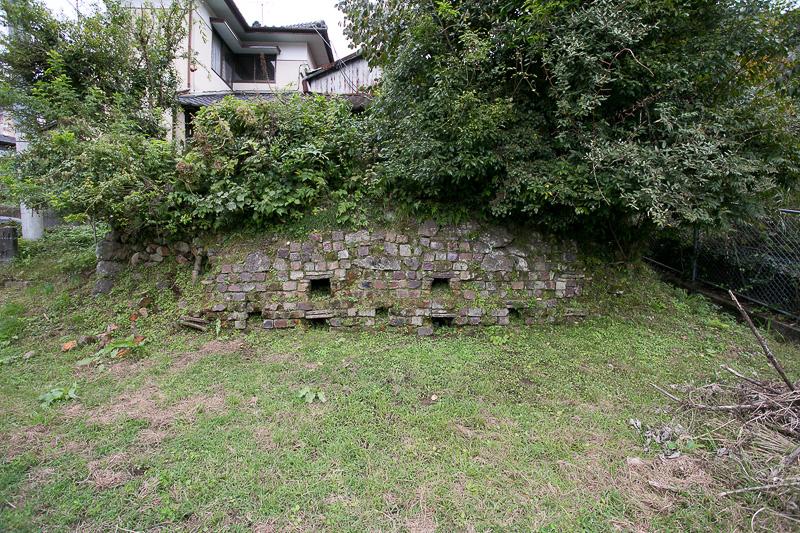 窯跡は至る所にある。まったく整備されていないものはもったいない気もするが、いかにも遺跡という残り方はとても趣がある