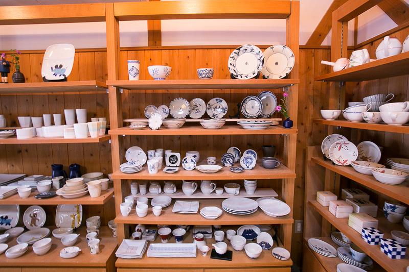 陶房 青の工房の向かいには作品を展示するショールームがある