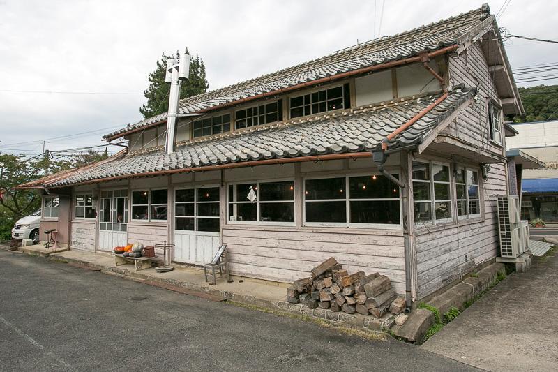 最後に訪れたのは西の原地区にある国の有形文化財に登録されている福幸製陶所の建物群。ここは現在、建物の外観や内装は生かしたまま、カフェや雑貨店に生まれ変わっている