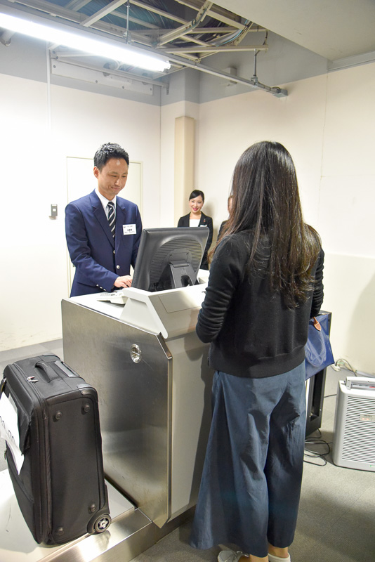 笑顔で利用者と会話。搭乗の際のお手伝いや、何か心配ごとがあればご相談くださいとの一言も添えていた