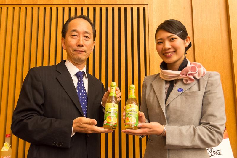 中田食品の「ゆず梅酒スパークリング」。左はこのスパークリング梅酒の発売元である中田食品株式会社の代表取締役社長 中田吉昭氏