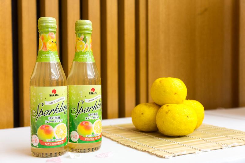 ANA My Choiceで提供する「ゆず梅酒スパークリング」。写真奥にあるのが、ブレンドしている和歌山県古座川町産のゆず