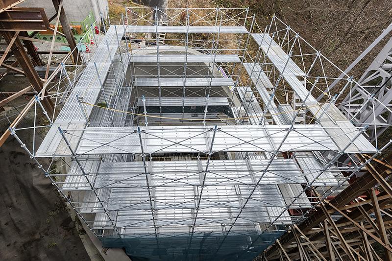 P1橋脚は建設中。よく見ると竹割型土留工法の枠部分が見える
