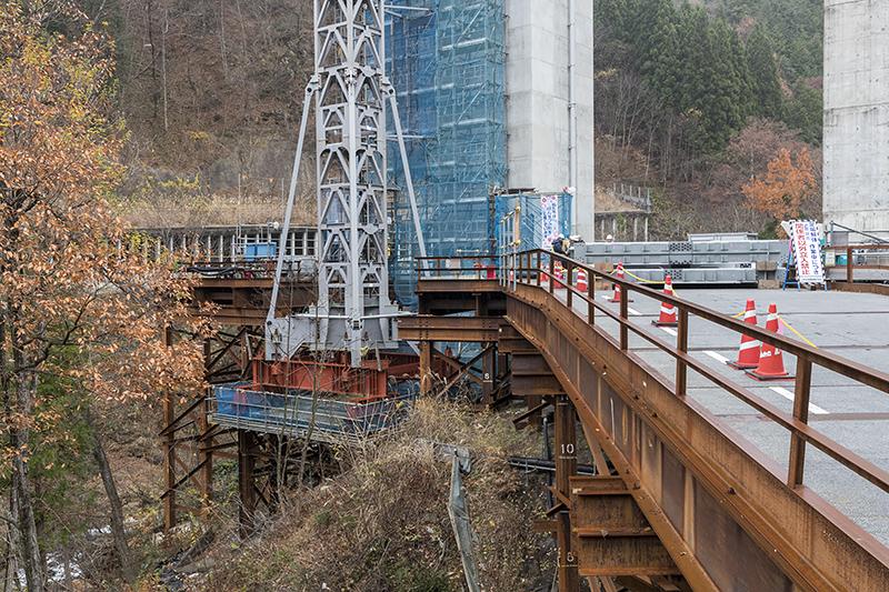 下部には仮桟橋と呼ばれるデッキが設けられている