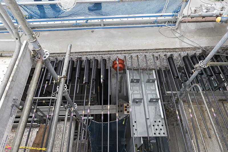 波形鋼板に上床版が乗った状態。鷲見橋はR600の曲線のため内側に向かってカントが付いている