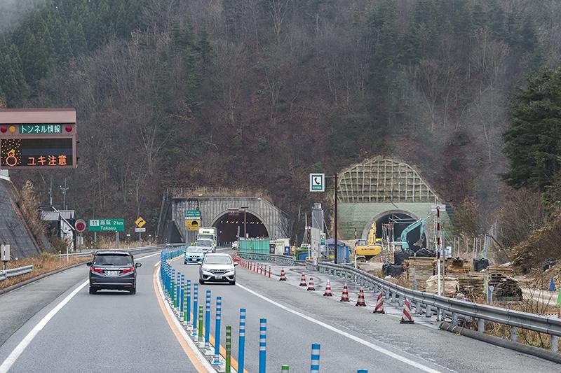 渋滞のネックとなっている高鷲トンネルの工事現場。下り車線用となる新トンネルは貫通済み