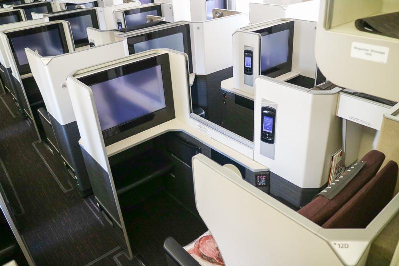 ボーイング 777-300ER型機のビジネスクラスの「SKY SUITE」は2-3-2という配置で、記者は中央左側、通路に面した「12D」席を使用した