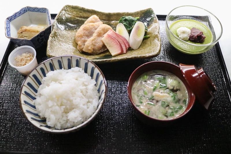 ビジネスクラスで提供される「JAL NY線 50周年記念メニュー」の和食