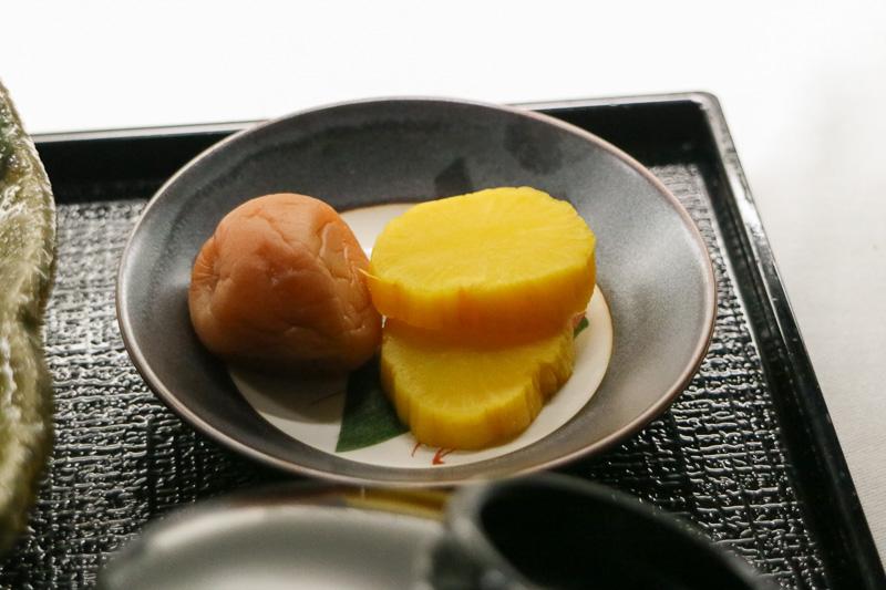 味噌汁の具がアップグレードして、甘味が香の物になる