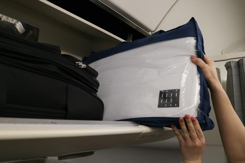 マットレスは頭上の荷物入れ(オーバーヘッドコンパートメント)に収納されている