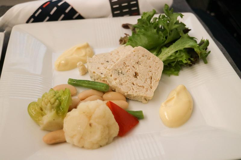 「オードブル」は「チキンとトリュフのテリーヌ 季節野菜のマリネ トリュフアイオリ」