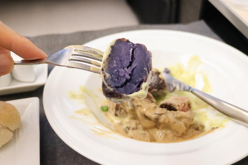 付け合わせの野菜はブロッコリー、ニンジン、普通のジャガイモと紫じゃがいも