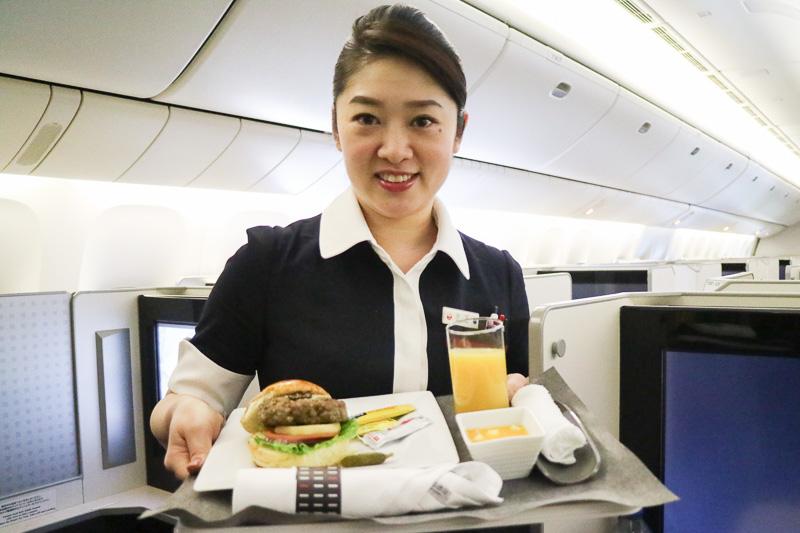 取材の終盤、「JAL NY線 50周年記念メニュー」の洋食をいただいた