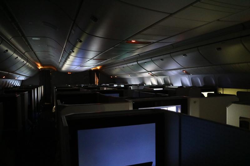食事が終わると機内は暗くなり夜の雰囲気に