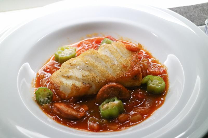 洋食(魚料理)の「メインディッシュ」は「鱸のソテー シェルフィッシュガンボスープ仕立て