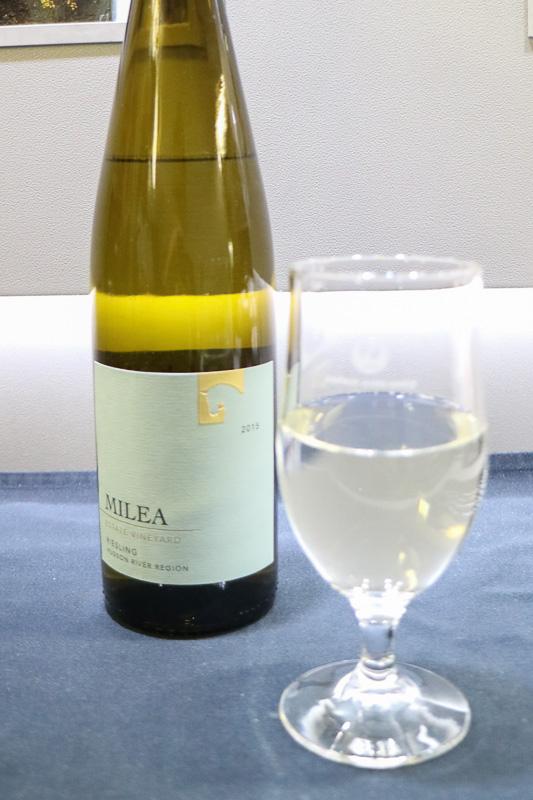 ビジネスクラスで提供される白ワインの「Milea Estate Vineyard, Riesling」(リースリング100%)