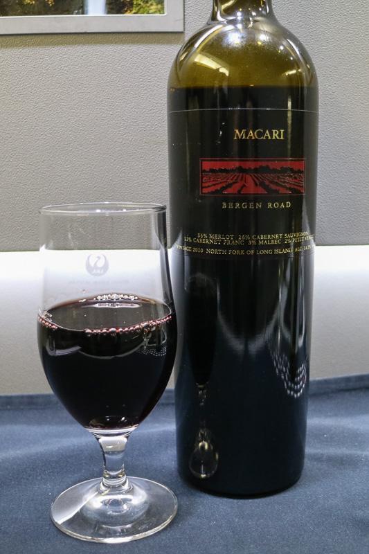"""ビジネスクラスで提供される赤ワインの「MACARI """"BERGEN ROAD""""」(メルロー56%、カベルネ・ソーヴィニヨン26%、カベルネ・フラン13%など)"""