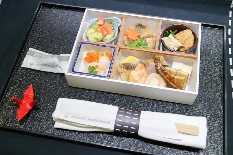 ビジネスクラスの和食で提供される「彩御膳(いろどりごぜん)」