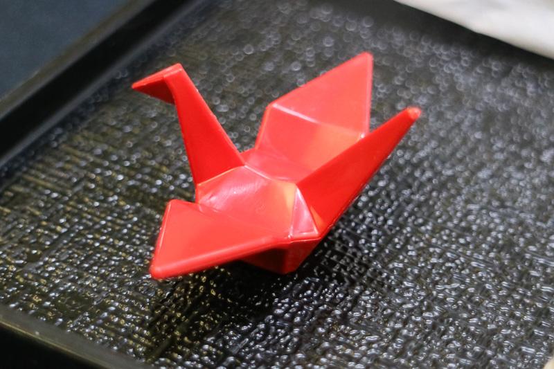 箸置きは赤い鶴