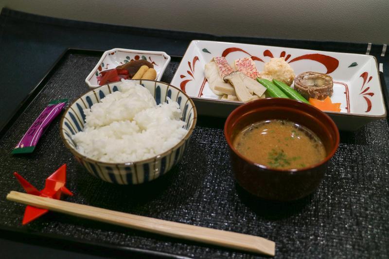 「台の物」は「赤鯛きのこ蒸し」「海老丸」「牛肉八幡巻き」が一皿に盛られ、炊き立てのご飯と味噌汁、香の物と楽しむ