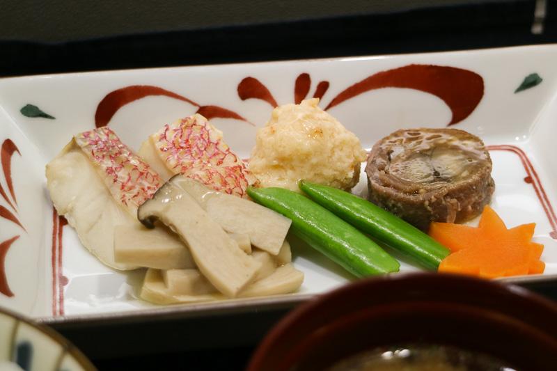左奥から「赤鯛きのこ蒸し」「海老丸」「牛肉八幡巻き」