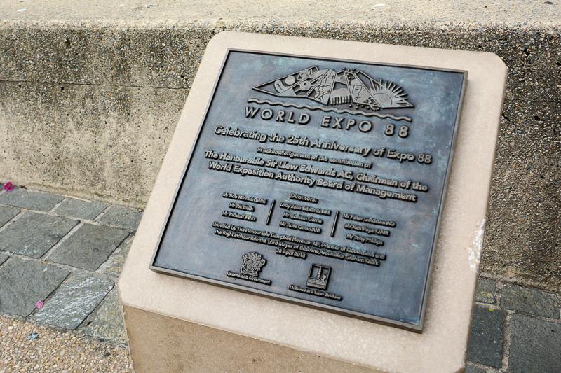 1988年の万博開催の記念碑
