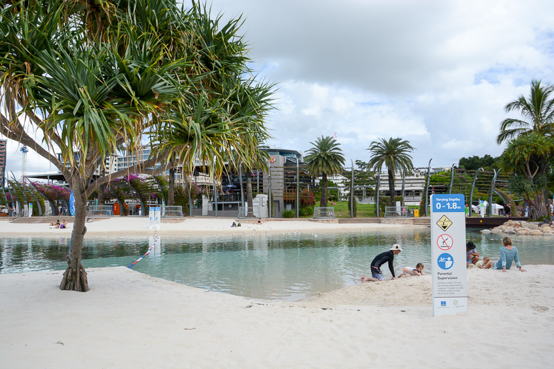 サウス・バンク・パークランド内のビーチ風プール。1.0~1.8mのプールのほか、子供でも遊びやすい1.0~1.1mの浅いプールなどいくつかに分かれている