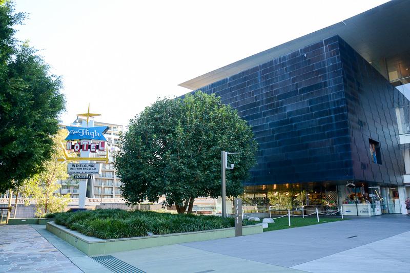 入り口のすぐ脇にホテル……というかアメリカっぽいモーテルの看板。これも美術作品なのだそうだ