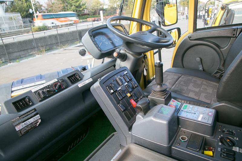 運転席。このクルマは右固定