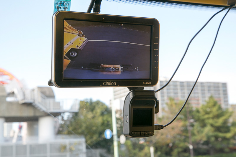 4WDのモード切り替えスイッチやプラウの操作レバー。車高を上げる機能もある。後方はカメラで監視。ルームミラーの位置にはモニターがあった