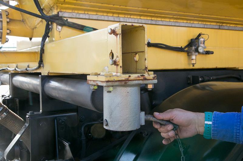 荷台の装備も積み替えできる。サイドに固定具があり、幅の広い装備の場合はリアホイールセンターにあるアタッチメント(ホイールの回転とは別でフリーに動く。ここの穴に装備を支えるダンパーを差し込む)も使用