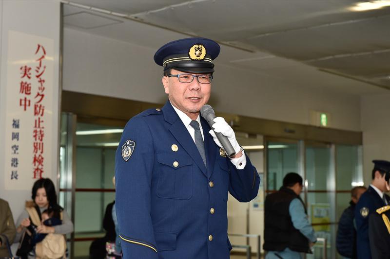出発式で挨拶をする福岡空港警察署長の久継敏夫氏
