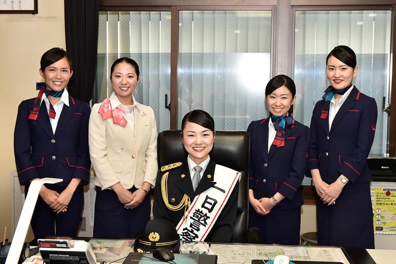 福岡空港警察署に戻り、署長室の椅子に腰掛けた佐藤署長とJALスタッフ