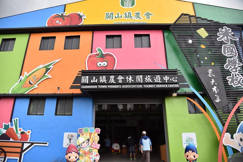「関山米国学校」の外観。カラフルな建物のため、田園風景の中でもかなり目立つ存在