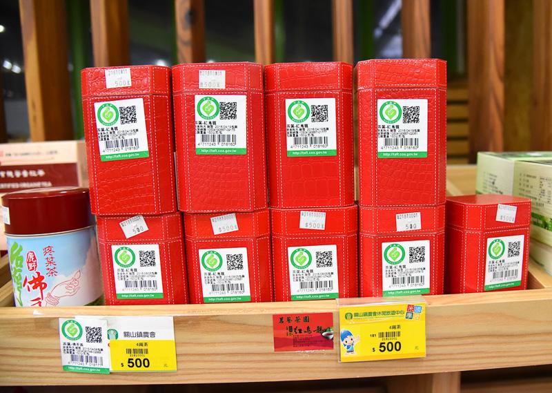 お勧めは「有機高山紅烏龍」。缶入りは600NTドル(約1980円)、箱入りは500NTドル(約1650円)と若干高めの値段
