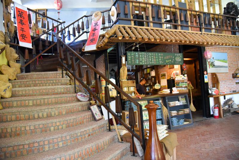 館内は1階が名産物の販売や展示のエリア。カフェの注文カウンターとなっている