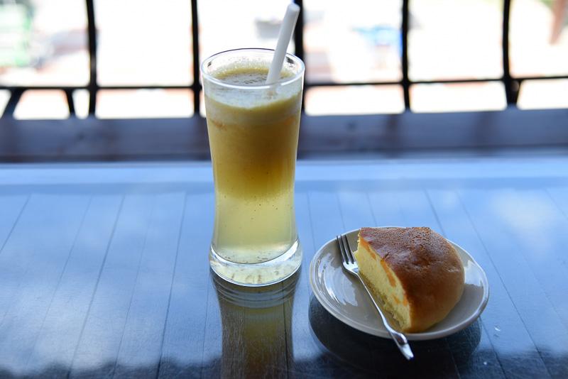 「ライスケーキ」(35NTドル:約120円)と「鳳梨茶(パイナップルティー)」(80NTドル:約264円)
