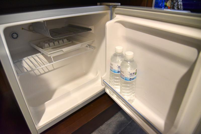 ミニ冷蔵庫には600mLのミネラルウォーターが2本